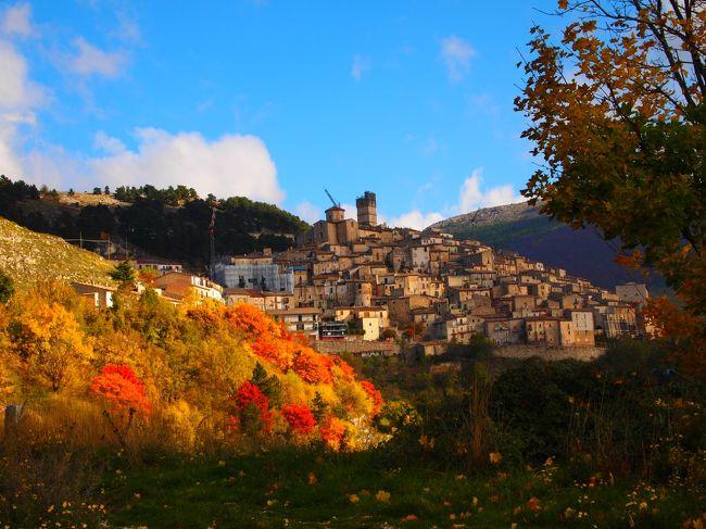 2015年の秋、アブルッツォ州を中心にレンタカーで周遊した。<br /><br />カステル・デル・モンテ(Castel del Monte)AQ<br />この村は、カンポ・インペラトーレ観光の東の玄関口にあたる。<br /><br />余談になるが、カステル・デル・モンテというえば、プーリア州にある同名のお城の方が日本では有名だが、グーグルの旧バージョンで地図検索するとアクイラ県のこの村が出てきていた。<br /><br />新ヴァージョンでは、プーリア州のお城が出て来るので、Castel del Monteの後に AQ(アクイラ県の略)を入れなければならなくなった。<br /><br /><br /><br />