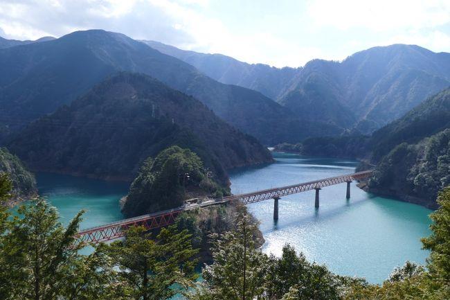 中国の時刻表を見ていて、急に「乗り鉄」したくなり、大井川鉄道に行って来ました。<br />SLとアプト(ABT)式列車に乗り、日帰りで最大限乗れるルートを調べます。<br />観光スポットとして行ってみたかったのは「夢の吊橋」と「奥大井湖上駅」。<br />これらを入れて作った日程は下記の通り。<br /><br /> 7:48 金谷駅発 普通列車(大井川本線)<br /> 9:02 千頭駅着<br /> 9:25 千頭駅前発 (寸又峡温泉行きバス)<br />10:05 寸又峡温泉着<br />    〜徒歩で「夢の吊橋」へ<br />11:20 寸又峡温泉発 (千頭駅前行きバス)<br />11:50 奥泉駅で下車<br />12:30 奥泉駅発 (閑蔵駅前行きバス)<br />12:43 湖上入口で下車<br />    〜徒歩で奥大井湖上駅へ<br />13:15 奥大井湖上駅発 ABT式列車 (井川線)<br />14:21 千頭駅着<br />14:53 千頭駅発 SL(大井川本線)<br />16:09 新金谷駅着<br />16:23 金谷駅着