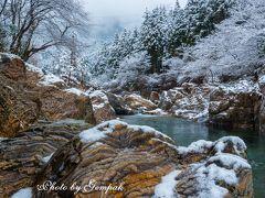 雪の虎岩と赤川ダム