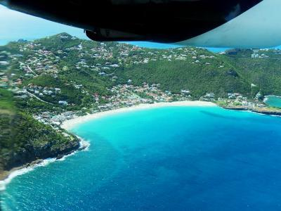 セント・バーツは、セント・マーチンから南東へ約15kmほど先に浮かぶ小さな島。<br /><br /><br /><br />2015年に訪問しました。<br /><br />「訪問した」といっても、空港周辺に1時間ほどの滞在のみ。<br /><br />実はココ、ヒコーキファンにはタマらない場所なんです。<br />それは『世界で3番目に危険な空港』と、某誌に称号を付けられたため。<br /><br />その理由は、まず平地が少なく滑走路が650mしか取れない。<br />丘や湾で形成された地形は複雑だ。<br />ゆえに、上空の風は上下左右に舞っているらしい。<br />(熟練のパイロットしか飛べない?)<br /><br /><br />小型機を降下させるには、それなりの「腕」がいる。<br /><br />ミョーにファンの心をくすぐる。<br /><br /><br />ならば、行ってみよう!<br /><br /><br /><br /><br /><br /><br /><br /><br />で、で、で・・・<br /><br /><br />ん、??? ~ん、 いいじゃん! (^.^)<br /><br /><br />