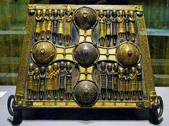 ギネスと雨の国アイルランド(11) 精巧なケルト美術の数々と先史時代の湿地遺体~ダブリンの国立考古学博物館