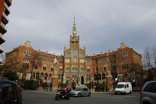グエル公園の観光のあと、世界遺産サン・パウ病院へと。<br /><br />これが病院?と思われるような美しい病院、正式名称はサンタ・クレウ・イ・サンパウ病院だそう。<br /><br />入場しないので外観のみの見学でした。<br /><br />次にカサ・ミラ、カサ・バトリョの車窓見学、そして昼食のあと14時にカタルーニア広場にて、オプショナルツアー組と自由行動組に分かれます。<br /><br />私はバルセロナ在住のブログ友に案内してもらって、カサ・ミラ、カサ・バトリョをもう一度見に。<br /><br />そして15時からサグラダファミリアに再入場してじっくり見学、エレベーターで塔に上り、更に18:30からのライトアップ、そして美味しい夕食を食べたいと思います。<br />