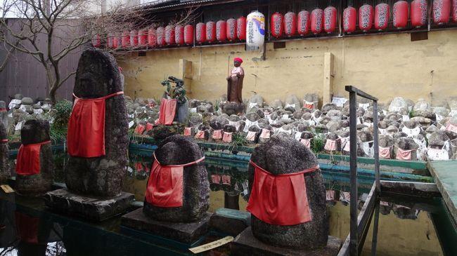 2016年早春、京都の旅。<br /><br />冥界との通い路で有名な六道珍皇寺で寺宝の特別公開が行われているということで行ってきました。六道珍皇寺のあたりはかつて「鳥辺野」と呼ばれ、墓地に向かう葬送が行われていたところ。京都では西の「蓮台野」でも野辺の送りが行われていたそうで、あわせて蓮台野の千本閻魔堂にも足を伸ばしました。<br /><br />ついでに千本釈迦堂と、その先松尾大社にも。そのほか、たたりをもたらした岩をまつる岩上神社や猫寺など、小さなパワースポットも訪れました。<br /><br />表紙写真は千本閻魔堂のお地蔵さん。提灯には「六道」の文字も見えます。