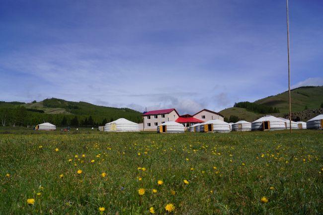 テレルジの本格的な乗馬ツアー<br />テレルジ国立公園はウランバートルから一番近い観光地である(約70キロ)。<br />日本人、韓国人始め欧米人も数多く訪れる有名な観光地です。<br />テレルジでは以下の楽しいツアーを企画しています。たとえは:テレルジ国立公園、奥テレルジの大自然、トール川、亀岩、アリヤバル寺、ヘンティ山脈、動植物研究、フラワーウオッチング、乗馬トレッキング、グンジン寺の見学、遊牧民ゲル訪問、市内観光などモンゴルの自然、民族、習慣、歴史、文化を体験出来る。<br />モンゴル現地旅行会社アルタンツアーの直営ツーリストキャンプがテレルジの一番奥の大自然の中に位置しますので、アルタンツアでモンゴルに行くとテレルジにはいろいろな面でわがままを聞いてくれるのでこころ強かったです。次回もアルタンツアーでテレルジのツアーに参加したいと思っています。<br />テレルジツアーだけではなく、送迎、他のツアーバーツも追加できるので、非常に助かりました。Home Page: http://www.ecotripmongolia.com<br /><br />日程:<br />ウランバートル<br />ウランバートル到着、日本語ガイドが出迎え、ホテルへご案内。ウランバートル到着時間により半日または1日の市内観光をします。<br />ボグドハーン宮殿博物館<br />ボグド・ハーンとは、モンゴルチベット仏教の八代目、最後の活仏であり、かつモンゴルが清朝から独立した際に、皇帝として即位した、20世紀初期のモンゴルにおける政教双方のトップに君臨した人物です。ボグドハーン宮殿博物館は、このボグド・ハーンが冬の宮殿として使っていた場所を、その後博物館とし使用されています。建物は、1919年に建造された木組み方式の宮殿で、複雑な構造と、豪華な装飾でありつつも、釘を一本も使わない木組み方式であり、また、屋根には数多くの動物が飾られているなどユニークな部分もあります。内部には、活仏らしく、仏像・仏画が数多く飾られているほか、皇帝となったボグド・ハーンの豪華な生活を垣間見ることができる家具や、七百匹のテンの毛によ作られたコートや、黄金に輝くゲルなどが飾られています。<br />ザイサントルゴイ(ザイサンの丘)<br />モンゴル・ロシアの平和協定を記念して建てられた。ザイサンという、ウランバードルを一望できる丘の上にソ連兵士の像と、ソ連の援助、友好を示したモザイク壁画が飾られた記念碑があるところです。中国からモンゴルが独立できたのは、ソ連のおかげであり、また、ノモンハン事件で、日本軍がモンゴルに侵略した際にそれを撃退したのもソ連戦車部隊です。 そのため、モンゴルの独立に大きく貢献したソ連をたたえるため、ウランバートルの最も見晴らしのいい場所にこのような記念碑が建てられたものです。<br />ザイサン・トルゴイご見学後、ホテルへご案内。<br />2日<br />トゥメンハーンツーリストキャンプ<br />テレルジ国立公園<br />朝食後、ウランバートル市から東に70キロ、ヘンティ山脈エリアに位置するテレルジ国立公園内のトゥメンハーンツーリストキャンプへ出発。<br />途中、非常に珍しい形をした高さ24m亀岩を訪問し記念写真撮影後、チベット仏教のアリヤバル寺を見学します。トゥメンハーンツーリストキャンプ到着後昼食。<br />テレルジ国立公園は岩山、森林、草原の地帯地でエーデルワイスなどの花がきれいに咲いています。<br />乗馬体験後、自由行動です。テレルジの自然をお楽しみください。その後夕食、トゥメンハーンツーリストキャンプ泊。晴れていれば星が綺麗に見えます。<br />3日<br />ギャラルザハギャラルザハ<br />朝食後、ギャラルザハに向けてトゥメンハーンツーリストキャンプを出発。ギャラルザハはヘンティ山脈の一部で自然豊かな場所です。終日乗馬トレッキングしながら途中で遊牧民宅訪問生活スタイルを見学します。乳製品、チーズ、馬乳酒を召し上がり、モンゴル文化、歴史、習慣に触れ合います。お昼はお弁当、澄んだ空気の中、のんびりと付近をハイキング。高山動植物、花などを観察、夕方にはゲルキャンプに到着です。<br />4日<br />グンジン寺グンジン寺<br />前日に引き続き終日乗馬トレッキングでグンジン寺向かいます。グンジン寺は1740年に建てられた古いお寺です。<br />グンジン寺に到着後お昼はお弁当。チベット仏教の伝統、歴史、文化を体験し周辺の大自然を観光。<br />夕方はゲルキャンプ泊。<br />5日<br />テレルジ国立公園テレルジ国立公園<br />朝食後、テレルジ国立公園に向けて出発。終日乗馬トレッキング、お昼は弁当、
