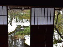 冬の厳しさに佇む雪囲いの市島邸(新潟)