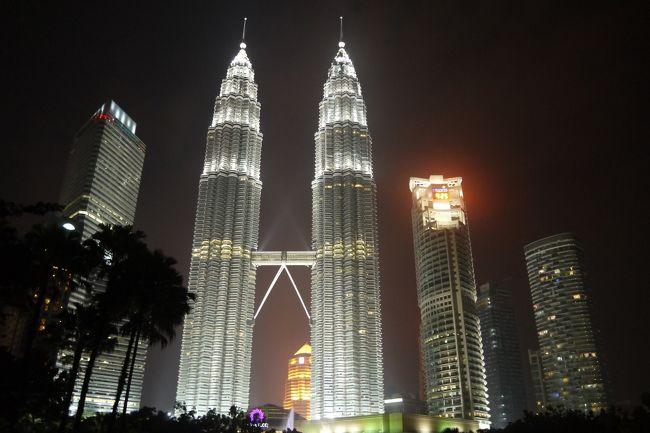 シンガーポール在住時、3連休を利用してお隣マレーシアのKLに行ってきました。<br />今回は同じく、シンガポール在住の妹夫婦と一緒に旅行です。<br />私達姉妹は子供の頃、クアラルンプールで生活してた時期があり、<br />せっかくだからシンガポールに居るうちに、という事で思い出巡りの旅でした。<br /><br />今回はマレーシア航空の利用です。<br />妹夫婦とはチャンギ空港で待ち合わせです。<br />チャンギからKLIAまではおよそ1時間のフライトです。<br />小さ目の飛行機で、座席がとても窮屈でした。<br />当時妊娠中だった私は、膝に子供を抱っこだと、結構キツキツでした。<br /><br />ホテルはブキビンタンの中心にあるウェスティンを利用しました。<br />マレーシアはハイクラスなホテルが手ごろな価格で泊まれるので、助かります。<br /><br />短い2泊3日の旅ですが、とても楽しかったです。<br />物価もすごく安く、シンガポールや日本の3分の1程度じゃないかなと思います。<br />困ったのはKLIAから帰る時、チェックインカウンターの進むスピードが<br />カタツムリ並で…(@_@)<br />結構余裕みたつもりだったんですけど、甘かったです。<br />時間にかなり余裕をもって行かれる事をお勧めします!