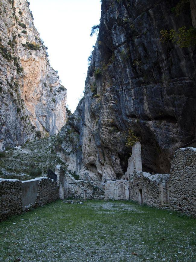 2015年の秋、アブルッツォ州を中心にレンタカーで周遊した。<br /><br />マイエラ国立公園内にあるファーラ・サン・マルティーノ(Fara San Martino)。岩の裂け目にある寺院跡がこの名の元になったサン・マルティーノ修道院である。