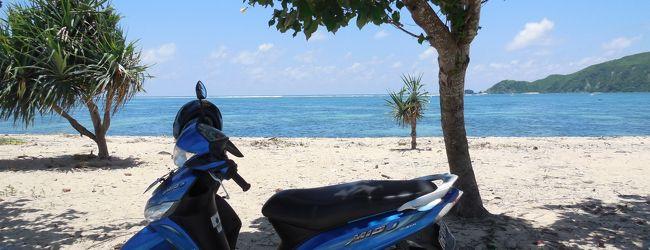 バイクに乗ってロンボク島の白砂で碧海な...