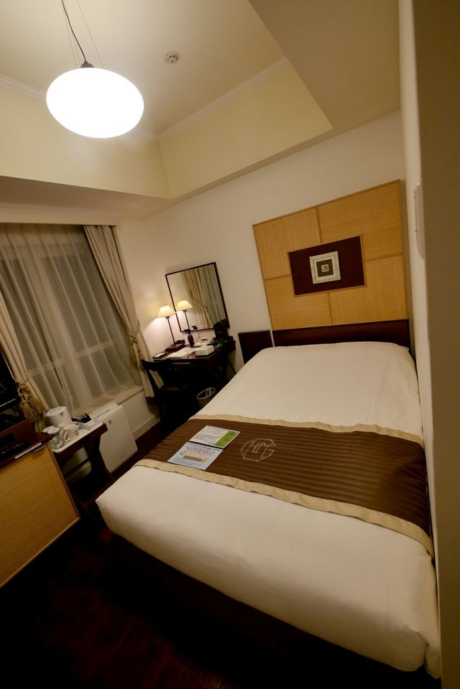 東京国際フォーラムで2日間学会があり,ホテルモントレ銀座に宿泊した.ホテルモントレはヨーロッパの古い外観を持つように装飾されたホテルだが,この銀座はあまりこってはいない.一等地のためか部屋も狭く,コンパクトなビジネスホテルの感じ.しかしベッドもまあまあで狭いながらも居心地は良かった.朝食会場は大きなホールだが,種類も多い.ざる豆腐や稲荷ずしなどもあった.五つ星の風格を示すオムレツもある矜持.便利なところにあるし宿泊してもいいホテル.<br />夕食は一人でマイアミガーデン交通会館店で食事した.スパゲティは野菜のトマトソースを食べたがまあまあかな.