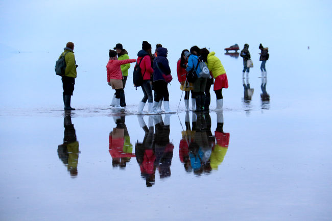 南米・ボリビアのウユニ塩湖に行ってきました。<br />世界の中でも珍しい光景、「天空の鏡」と云われ、天と地が対象に映り、不思議な幻想的な光景が見られる。<br />最近メディアでの紹介が多く、人気急上昇のスポットである。一生に一度は見たい場所と特に女性の人気が高く新婚旅行にすら訪れるスポットである。<br />しかし簡単ではない。ボリビアは3.800-4.000mの高地である。富士山よりも高いところで生活しなければならない。<br />高山病対策は欠かせない。しかし、南十字星など星空鑑賞も可能であり手に取れるような感覚が得られる・・・!<br />これぞ正しく夢心地である。!<br />何よりも、好天気に恵まれた素晴らしい旅であった。<br />今回もまた新しい発見、新しい感動があった。<br />やはり旅は楽しい・・!!<br /><br />