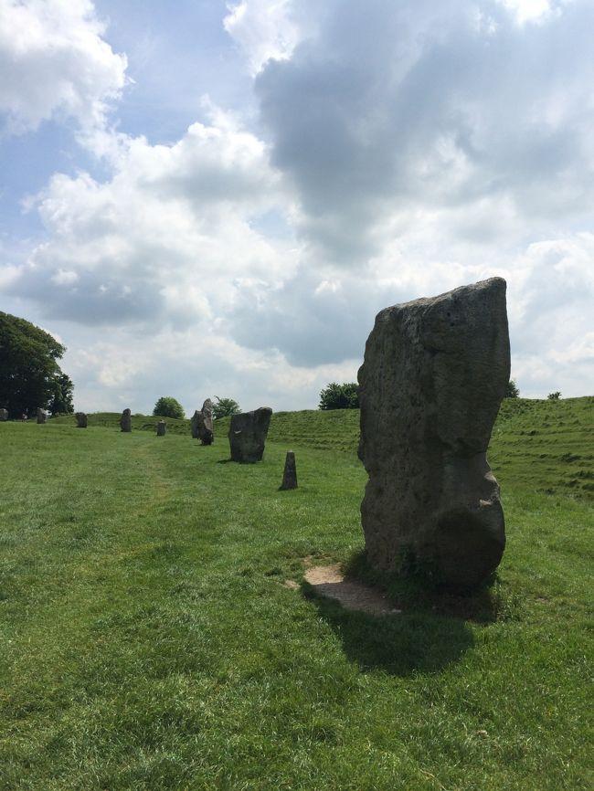 6月1日(日)<br /><br />Stonehenge(ストーンヘンジ)<br />Avebury Stone Circles(エイヴベリー)<br />Silbury Hill(シルベリーヒル)<br />Cherhill White Horse(チャーヒルのホワイトホース地上絵)<br />Waggon and Horses<br />Lacock National Trust Village<br />Castle Combe Village<br /><br />ストーンヘンジ( http://4travel.jp/travelogue/11108475 )<br />に続いてエイヴベリーへ<br />ストーンヘンジの旅行記の概要を見ていただけると分かるのですが、<br />このツアーを逃していても、ストーンヘンジより<br />ココだけは自力でも来たかった<br /><br />やっぱり行ってみないとすごさと良さは分かりませんね<br />日本の観光客はゼロでした<br />ストーンヘンジへ行くツアーはあってもエイヴベリーって意外と入っていないツアーが多いので<br />現地(近くに宿泊できる場合は)で日帰りツアーなどを探してぜひ行ってみてほしいところです<br /><br />ストーンヘンジと同じく世界遺産に登録されています<br /><br />セントマイケルズレイラインにも乗っているので<br />グラストンベリーと同じくパワースポットとなっております<br /><br /><br />○Avebury(エイヴベリー)<br />http://www.nationaltrust.org.uk/avebury<br /><br />○Silbury Hill(シルベリーヒル)<br />http://www.english-heritage.org.uk/visit/places/silbury-hill<br /><br />エイヴベリーから南(1.5~2キロくらい)に人口の丘があります<br />ここはヨーロッパ最古にして最大の人口の丘と言われています<br />丘を作った目的はいまだわかっていないそうですが、墳墓ではないそうです<br />また、最近、ここを中心に遺跡(エイヴベリーなど)が綺麗に配置されていることから、ココこそ一級のパワースポットという説が出てきているようです<br />標高40メートルあるそうですが、いまは近くにいけません<br />こちらも世界遺産です<br /><br />○Cherhill White Horse(チャーヒルのホワイトホース地上絵)<br />前の前の旅行記でチャーヒル以外のホワイトホースとまとめて旅行記を書いています<br />http://4travel.jp/travelogue/11108229<br /><br />○Waggon and Horses(ワゴンアンドホーシーズ)<br />http://www.waggonandhorsesbeckhampton.co.uk/home.php<br /><br />エイヴベリーから1マイルほどのベックハンプトン(Beckhampton)という所にあります<br />今はパブレストランですが、16世紀はロンドンとバースを結ぶ道の馬車宿だったそうです(名前の由来)<br />1835年にチャールズディケンズ(Charles Dickens)が旅行に来て The Bagman&#39;s Story (The Pickwick Papersの中にあるようです)で取り上げたようですね<br />レンガ造りで藁ぶき屋根が特徴です<br />こんな歴史を知ってしまったらお店で食事してみたくなりました<br />車窓から見ただけなので写真がありません<br /><br /><br />
