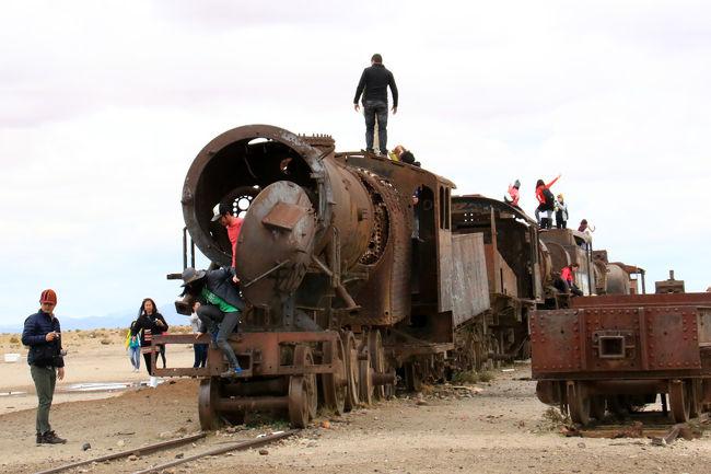 最近人気急上昇のボリビアのウユニ塩湖の近くに「列車の墓場」がある。ウユニ塩湖に行ったら必ず立ち寄る定番のスポットである。かってはウユニ塩湖の塩や鉱物を太平洋海岸の町アントファガスタまで運んでいた蒸気機関車や列車の役割を終えた墓場である。数多くの赤く錆びた鉄の塊はそれだけで一つの芸術作品のようでもある。訪れた人たちは列車の上に上がってそれぞれのポーズをとって楽しんでいる。その姿を見るだけでも面白い。人間は少しでも高いところ、高い所へ登りたくなる動物のようである。そしてポーズを取りたがる・・・