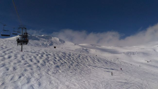 4連休でのウィスラー弾丸旅行です。<br />ウィスラーは北米でも最大規模のスキー場ですが、バンクーバーからの日帰りも可能であり、日本からのアクセスは海外のスキー場でも最も良いところではないでしょうか。<br />羽田夜発、羽田夜帰着のANAバンクーバー便を使えば、4連休で丸2日間滑れます。<br /><br />2016年2月25日 <br />仕事を終え羽田空港へ。<br /><br />0225 2145<br />羽田発バンクーバー行<br />0225 1330<br />バンクーバー空港着、トランスリンクで市内へ。<br />午後は市内をブラブラ、グランビルアイランドなど。<br />0226 0640<br />バンクーバー バラード駅付近からウィスラー行のSNOWBUSに乗車<br />0226 0840ウィスラービレッジ着 <br />ウィスラーのJ-Stationでリフト券を受け取り<br />着替えてスノーボート開始,初日はブラッコムで終日滑走<br />0226 1700頃 <br />ビレッジから4km北にあるアルパインロッジまで路線バスで移動、宿泊<br />0227 0830頃 <br />アルパインロッジをチェックアウト、<br />路線バスでウィスラービレッジへ。終日ウィスラーを滑走<br />0227 1645  <br />ウィスラー発SNOWBUS<br />0227  1700頃 <br />バンクーバーバラード駅着 夕食後ホテル泊<br />0228 1200<br />ホテルをチェックアウトしシティーセンター駅から空港へ<br />0228 1505バンクーバー空港発<br />0229 1800羽田空港着  <br />