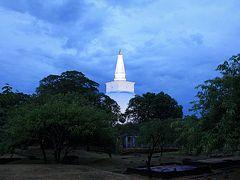 灼熱と豪雨、そして笑顔のスリランカ(2) 薄暮に浮かぶルワンウェリ・サーヤ大塔~アヌラーダプラの一日の終わり