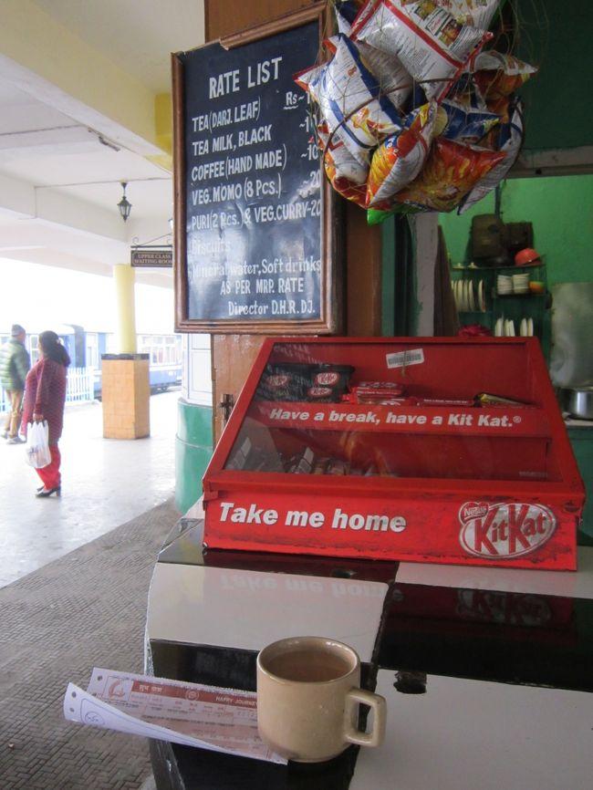 シリグリのホテルから、駅に切符を買いに行くのと商店街で朝食探し。<br />駅では「今日は運休だ」の一言。バスに変更。<br />朝食は水とチャイ用のスポンジケーキと短いバナナ。<br />バスターミナルも発見し、構内をうろついていると「どこに行くの?」と聞かれる。<br />「ダッジリン、バスで」と答えると、「ホテルは取ってあるのか?」と。<br />「ない」「うちで取れるぞ」と言うので昨日の宿探しのような面倒なのもいやだしなと思いつつ、ついて行く。<br />バスターミナルすぐ裏に10軒ほどの旅行会社。中に入ると「ココは景色がいいぞ」とかお勧めのホテルを紹介される。<br />トイトレインに乗るのが目的なので「駅の近くがいい」と言うと、EVEREST GLORYというホテルを紹介してくれた。<br />総額1800を1300に値引いてくれて(勝手にそんなに値引いていいの?)、その場で500を、ホテルで800を払うということで金額を書いた書類を渡される(書類は回収、撮影漏れで値段うろおぼえ)。<br />宿に戻って朝食とチェックアウトを済ませバスターミナルに移動。<br />案内所で「ダッジリン行きのバスは何時?どこから出る?」と聞くと案内所の前に10時(うろおぼえ)と言う。<br />すぐそばのベンチで待っていて、バスが来るたびに「ダッジリン?」と尋ねていたので、気を使ってくれたのか来たらすぐ教えてくれた。<br />無事に席も確保し30分ほど遅れて出発。<br />町を抜け、インド軍基地内を通り、すごい山道を登り(1回休憩あり)3時間ほどで到着(60Rsだったか?)。<br />途中から、すごい所に来てしまったと感じる。下と違って、かなり寒い。<br />駅の案内所で書類を見せて「どこにあるの?」と尋ねると、上の方を指さして「アレだ」。<br />駅から近いけどかなりの坂道。(といっても10分足らず)<br />時刻表を見ると15:35に列車あるので、チェックインして戻ってくることにする。<br />駅に戻ってくると観光客がたくさん。<br />時刻表と料金表をにらめっこしてると、観光客用の列車は本数が多いが高い(630〜)。地元客用のは安い(30〜)。<br />というわけで地元用の列車で奮発して次の駅までの1stの切符を購入(145Rs)<br />暖かいチャイ(10Rs)を飲みつつ駅で列車を待つ。<br />ヨーロッパ風の趣のある駅。小さなSLやDLが車両を入れ替えたりして忙しそうに行ったりきたりする。眺めているだけでも面白い。<br />道路向かいには機関庫もある。<br />時間近くになると2両の客車が用意されたので乗車。暖房などない。<br />定刻前に出発(いいの?)。狭い線路の上をおおきく揺れながら走る。商店の軒先ぎりぎり。遮断機などないが道路では最優先。(邪魔そうだ)<br />約30分でGHUM駅に到着。ここはダッジリンより少し高い。霧の中少し撮影してタクシーを捕まえようとがんばるが、なぜか捕まらない。<br />仕方なく歩く(5.5km1時間)。マラソンしてるので余裕だったし町を歩くのは雰囲気を味わえるし楽しかった。<br />ダッジリンに着くあたりでちょうど真っ暗。<br />その日は、若干疲れはあるけど体調は良いのになぜか食欲がなかった。<br />前日ブータンの昼食であたったせいか、インドのカレーは辛いだけなのでうんざりしてるのか・・・<br />宿では晩飯を配りに来てたが、断って寝た。
