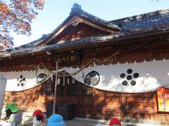 2015秋、松本神社:11月5日:境内の古木、本殿、落ち葉掃除のお子さん達
