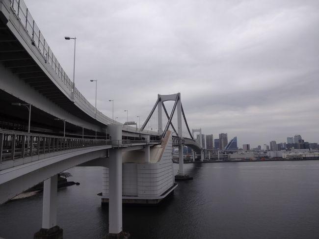 2ヵ月振りに夏の比国から少し肌寒い日本に戻りました。<br /><br />羽田空港には、家内と次男が出迎えてくれました。<br /><br />翌日は、東京散歩を兼ねて久振りのレインボーブリッジを徒歩で<br /><br />渡ることにしました。<br /><br />少し曇り空でしたが、それほど寒くはなく東京湾、高層ビル、お台場<br /><br />東京ゲートブリッジ、豊洲魚市場(築地魚市場移転先)などを<br /><br />レインボーブリッジ上から眺めました。<br /><br />橋の長さは1.7キロです。(1993年8月 完成)。<br /><br />*レインボーブリッジの美しい曲線。<br /><br />