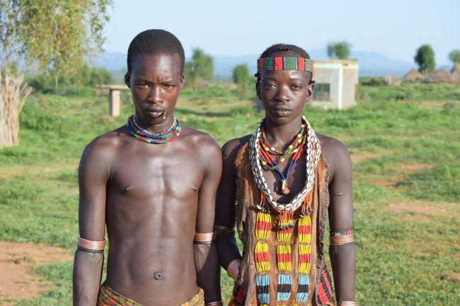 トゥルミのホテルは現地で一番いいホテル、それでも電気は時間制限あり。<br />そんな滞在の中、現地の部族訪問。<br />そんな所だから昔ながらの暮らしを守る部族を訪問できる。<br />前日は牛飛びの儀式を見た。この日は更に奥へ奥へ。ケニア国境近くまで。