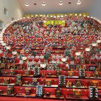 三十段飾り千体の雛祭りを楽しむ。