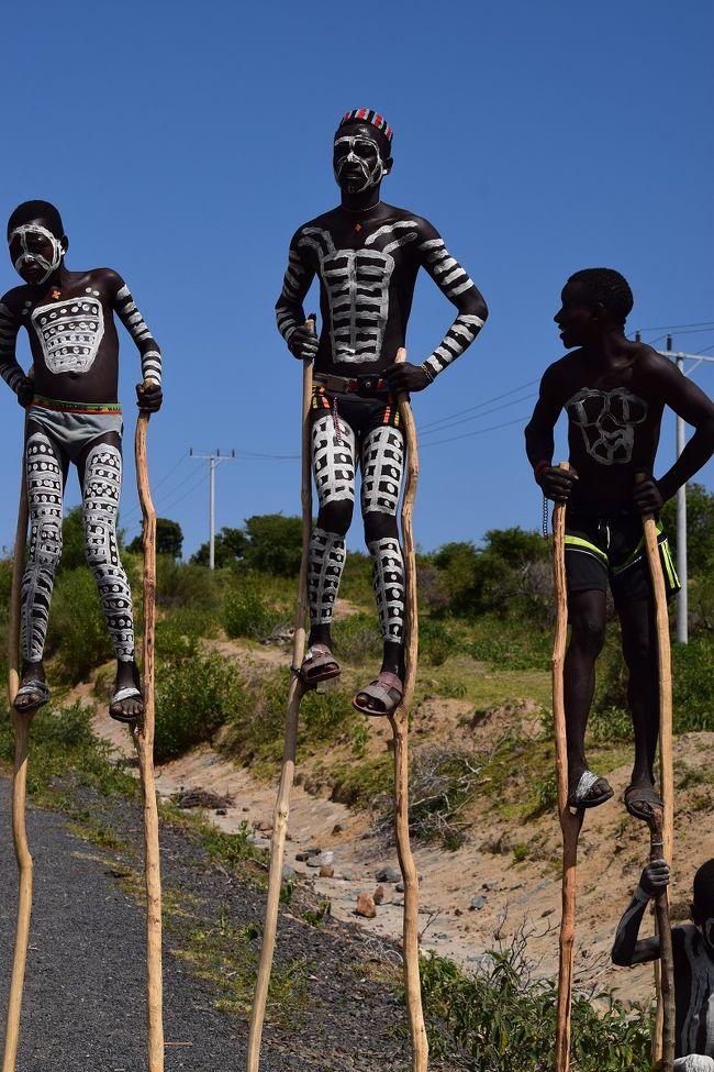 エチオピア南部のハイライトと言えば牛飛びの儀式と唇に皿をはめたムルシ族。<br />牛飛びの儀式は必ず見る事ができる保証はないけど、ムルシ族は確実に見る事ができる。<br />トゥルミからジンカへ移動。<br />写真は移動途中にいた竹馬に乗る部族、カロ族。
