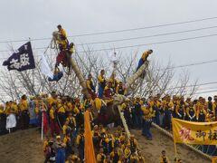諏訪大社上社の御柱祭木落し 100mの急坂を一気に駆け下りる