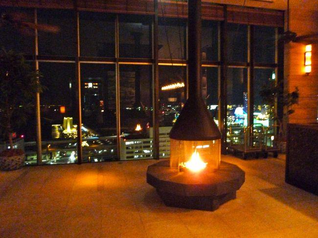 月に一度の「おひとり様」のホテルステイ。<br />今月は、神戸のORIENTAL HOTELに泊まります。<br /><br />ORIENTAL HOTELといえば、<br />日本最古のホテルの一つとして、<br />歴史と伝統がぎっしり詰まったホテル。<br />外資系の最新ホテルも良いけれど、<br />ノスタルジックなホテルが恋しいわ〜<br />と思っての選択です。<br /><br />と・こ・ろ・が、宿泊1週間前にわかった事実・・・<br />阪神淡路の震災で、被災したことは知っていましたが、<br />その後の経営が、PLAN DO SEEに移っていました。<br /><br />福岡のホテル「WITH THE STYLE」の時にも書きましたが、<br />PLAN DO SEEは、ウェディングを中心に、<br />若いスタッフの若い視点で、<br />独創的な運営をしていることで有名。<br /><br />もしかしたら、選択を誤ったかしら・・・等と、<br />少々不安を抱えつつ向かいました。