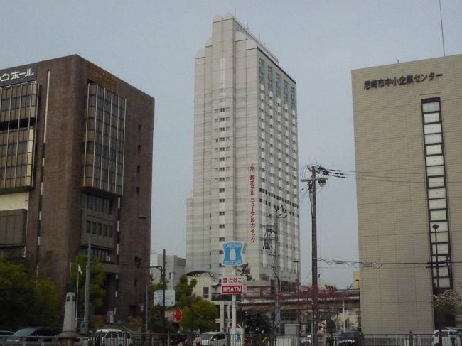 4月10日は桜花賞である。<br /> 待ちに待った春のクラシックレースの開幕である。ぜひとも阪神競馬場の指定席で観戦したいと思いネット申し込みの抽選に参加した。ところが見事に落選。そうなればと当日券を求めて阪神競馬場へ行くしかない。ところが当日券は早朝に阪神競馬場に着かなければいけない。昨年の当日指定席の売切れ時刻は午前6時45分である。それほどの時刻なら僕の暮らす和歌山県日高町からは朝一番の電車で出かけても無理である。仕方なく地元の旅行会社に前泊のビジネスホテルを取ってもらうことにした。<br /> 「その日は、大阪市内のホテルはどこも満席ですねえ」と、旅行会社の人のつれない返事である。<br /> 「それなら、阪急仁川駅近くの、宝塚か尼崎あたりにありませんか?」<br /> 「お花見シーズンですしねえ、しかも土曜日ですから。なかなか難しいです」<br /> 「なんとかお願いします。この前泊に僕は一生を懸けているのですから」<br /> さすがに競馬場に行くとは、ちょっと恥ずかしくて言えなかった。すると、<br /> 「ああ、ありましたありました。ここ一部屋だけ空いていました。尼崎になりますけど、いいですか?」<br /> 「ええ、空いてましたか!。もちろんいいです、ぜひお願いします。朝食なんかいりませんから」<br /> 朝4時に起きないと当日券の時間には間に合わない。朝食など食べている時間はないのである。<br /> 「阪神尼崎駅から徒歩6分、『都ホテルニューアルカイック』です」<br /> 「はい」<br /> 「では、予約を入れますね」<br /> 「お願いします」<br /> 「朝食なしで、セミダブルひとり9500円になります」<br /> 「分かりました」<br /> こうして僕は桜花賞のため阪神尼崎駅近く「都ホテルニューアルカイック」に泊まることにしたのである。<br /><br /> 4月9日、土曜日の夕刻、僕は阪神尼崎駅に初めて降り立った。<br /> 駅を出ると右手に庄下川が流れている。旅行会社で貰った地図を頼りに都ホテルニューアルカイックを目指して歩いていく。信号機を渡り川に沿って歩くと、国道2号線沿いにペンの先が天を突き刺すようなモダンなビルが見えてきた。都ホテルニューアルカイックである。<br /> (これはこれは。思いのほかシティ感覚に溢れた洒落たホテルではないか)。僕はビジネスホテルとは思えぬビルの威容に心で感嘆の声を上げていた。<br /><br /> ホテルの中に入って、ビジネスホテルにしては余りにも豪華すぎるフロントロビーとレストランではないかと思った。<br /> チェックインをすると、明日の朝は早いので午前四時ごろ出発でも構わないかと尋ねた。<br /> 「もちろん結構でございます。その時間はフロント奥に係が待機しておりますので、フロントの呼び鈴を鳴らしていただければすぐにチェックアウトだせていただきます」<br /> これで安心した。桜花賞の指定席に間に合うではないか。<br /> フロントで渡されたキィーを持って18階に向かうエレベーターに乗った。これも一流ホテルのエレベーターと変わらない、ゴージャスな内装である。気持ちよく自分の部屋まで辿りつくことができた。<br /> 部屋は掃除の行き届いたシンプルな造りである。寝るだけであるから何も不満はない。やはりビジネスホテルかというだけである。まあ、当然といえば当然であるが・・・・・。<br /> 外観からフロント、エレベーター、それらが余りにも期待を促すものがあったということだろう。しかし、桜花賞前日に泊まれれば言うことはないのである。<br /> こうして早目に夕食をコンビニ弁当で済ますと、翌日に備えて早々と眠りに就いたのである。<br /> <br /> 4月10日。<br /> 桜花賞当日は午前6時半に阪神競馬場に着いた。ホテル出発は5時である。<br /> 阪神競馬場には寝袋で徹夜をした人を含めて、もう当日券を求めて長蛇の列が出来ている。僕は指定席売切れぎりぎりに間に合った次第であった。列の後ろの方に並んでいると整理券が配られた。これを持ってここで待っているのかと思うと中に入れてくれた。指定席発売までフードコートで待機するらしい。<br /> 午前7時になると発売窓口に整理券順に並ばされた。<br /> 午前7時半、いよいよ発売開始である。こうして僕はなんとか桜花賞の当日指定席を手に入れることができたのである。<br /> <br /> 桜満開の阪神競馬場である。お花見がてらに競馬観戦に訪れている家族連れも多くいた。<br /> 花の下、お弁当を広げた競馬観戦も一興(いっきょう)である。ああ、天気もいいし、花見競馬もいいもの