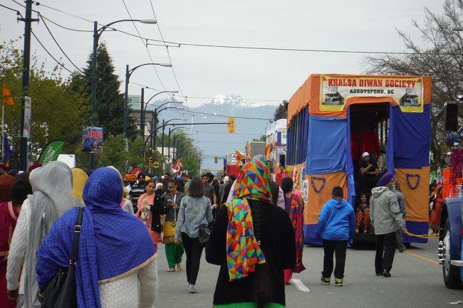 移民の国、カナダには様々な人種の人達が自国の文化も大切にしながら生活をしていますが、バンクーバーにはインド系の移民者も多く、毎年、バンクーバーとサレーでシーク教のお祭り、バイサキ・パレードがあります。<br /><br />今日はバンクーバーのメインストリートと49th辺りで行われているバイサキに行ってきたのですが、すごい人でした。<br />が、それもそのはず!?<br />このお祭りでは、会場のあちらこちらで、インド、パンジャブ地域の家庭料理がただで配られているので、インド系の人達ばかりでなく、その他のカナダ人達もそれを目当てにやってきます。<br /><br /><br />