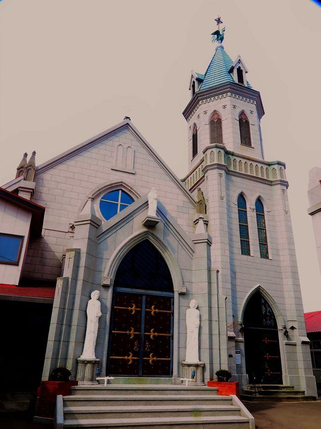 カトリック元町教会は北海道函館市にあるカトリック札幌教区の教会およびその聖堂。函館・元町を代表する3教会の一つ。パリ外国宣教会司祭メルメ・カションが安政6年(1859年)に設けた仮聖堂、あるいは慶応3年(1867年)に来函したフランス人司祭のムニクーとアンブルステルが設けた仮聖堂を起源として、フランス人司祭のマレンが明治10年(1877年)に木造の初代聖堂を建立したとされる。 初代聖堂は明治40年(1907年)に火災で焼失したが、明治43年(1910年)には煉瓦造の二代目聖堂が竣工した。 この二代目聖堂も大正10年(1921年)に火災で焼失してしまう。しかし焼け残った煉瓦の外壁を使用して大正13年(1924年)に、高さ百尺(33メートル)の尖塔を持つ鐘楼があるゴシック様式の聖堂として再建され、現在に至っている。 大正13年(1924年)6月、聖霊降臨の主日に教皇使節ジュアルジュにより献堂ミサが執り行われた。 堂内の中央祭壇や副祭壇、聖画等は、ローマ教皇ベネディクト15世から贈られたものである。(フリー百科事典『ウィキペディア(Wikipedia)』より引用)カトリック元町教会については・・http://www.hakobura.jp/db/db-view/2011/04/post-60.html函館ハリストス正教会は、日本ハリストス正教会に所属し、主の復活聖堂を有する、正教会の教会である。主の復活聖堂は国の重要文化財。鐘の音は日本の音風景100選に選ばれている。「函館ハリストス正教会」は教会名。「主の復活聖堂」は聖堂の正式名称である。その名の通り、ハリストス(キリストのギリシャ語読み)の復活を記念する聖堂である。函館ハリストス正教会は北海道に所属する教会の中でのみならず、日本正教会でも伝道の最初期からの歴史を持つ最古の教会の一つである。1983年(昭和58年)に国の重要文化財に指定された。これは大正時代の建築物としては全国で二番目の指定である。(フリー百科事典『ウィキペディア(Wikipedia)』より引用)函館ハリストス正教会については・・http://orthodox-hakodate.jp/