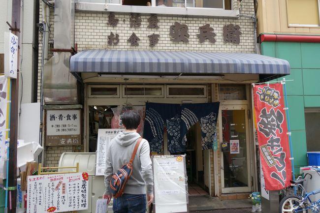 高松から、実家のある鳴門へ移動です。土日割引の高速バスで徳島まで。そっからは、鳴門線で鳴門までディーゼル列車ですが…タイミング悪くて、徳島駅で一時間半待ちです。<br /><br />これ幸いと、駅前の居酒屋さんで昼酒なぞ良かろうね