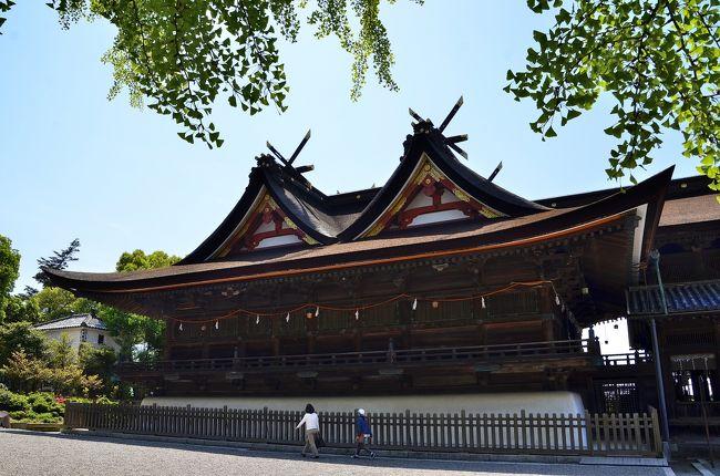 吉備津神社は、吉備津彦命を主祭神とする山陽道屈指の大社です。『続日本後紀』にその名が記された由緒も格式もある社は、歌枕にも詠まれたご神体「吉備の中山」の西麓に鎮座しています。<br />平安時代には朝廷が崇める「名神神社」に名を連ね、神階の最高位である「一品」の位を授けられたことで「一品吉備津宮」あるいは吉備国総鎮守「三備(備前・備中・備後)の一ノ宮」と称していました。朝廷や武家の篤い庇護を受け、今の姿を留めています。<br />全国で唯一の独創的な日本建築の傑作「吉備津造(比翼入母屋造)」の優美な本殿および拝殿が国宝に指定されています。<br />また、国の重要文化財に指定されている南・北随神門や室町時代中世の建築様式を色濃く残した見応えのある建造物が配置されています。そして本殿から続く総延長398mの美しい廻廊も吉備津神社の見所のひとつです。信仰の場ではありますが、歴史文化遺産としての興味も尽きない社です。えびす宮など多くの摂社を繋ぐ廻廊沿いには季節の花々や樹齢600年以上と伝わる大銀杏をはじめ樹木が整備され、参詣客の目を和ませてくれます。<br />また、釜の鳴る音で吉凶を占う鳴釜の神事や桃太郎伝説のモデルなどでも知られ、神話と吉備国の古代ミステリーが渦巻く興味の尽きない神社でもあります。<br /><br />吉備津神社 境内マップです。<br />http://www.kibitujinja.com/map/