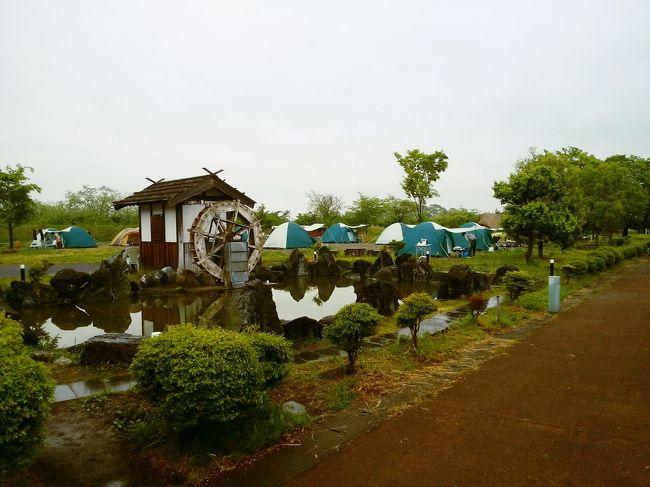 昨年のGWに予約できなかったキャンプ場が予約できたので家族で初キャンプへ。<br /><br />ぽん氏は四半世紀振り、嫁とチビは初なので初心者でも気軽に楽しめるかんなの湯ロハスガルテンを予約。<br /><br />ここの良さは自宅から程よい距離、手ぶらでOK、食材も2食分付いて、隣の温泉施設も2日間入り放題。<br />で一人4800円と税。去年より一人1000円上がりましたがそれでも約15000円。<br /><br />問題は天気。<br /><br />予報では宿泊日の夜から暴風雨の予報、果たしてどうなるか。