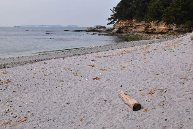 佐久島の2日目の旅は、東港から風光明媚な海岸、アート作品、弘法みちにある変わった形の祠(ほこら)などを見て歩きます。<br /><br />特に「紫の砂浜」ではロマンチックな気分になり、アートの秘密基地では子供に返って楽しむことができます。<br /><br />表紙の写真は、ほんのり紫色の砂浜です。<br />