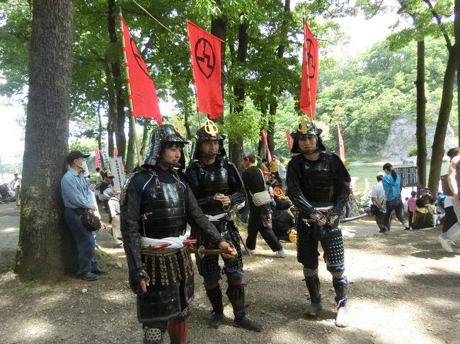 北条まつり(秀吉の北条攻め)<br /><br />豊臣秀吉の北条攻めの戦を実演するお祭り、<br />北条祭りが寄居であるとのことなので、<br />家から近いこともあり出かけてみました。<br /><br />玉淀河原で催されます。<br />荒川を挟んだ向かいの鉢形城跡からも大砲を撃ちます。<br />見学は側で見る玉定河原が圧倒的に多いですが、<br />向かいの鉢形城跡や鉢形城公園からも何とか下の戦を見下ろせます。<br />