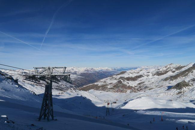 踏んだり蹴ったりのフランス旅行 ⑦ にあたります。<br /><br />トホホ その7 自分は限りある人生いろいろなスキー場を滑りたい!と目標を決めて海外スキーを行ってきました。<br />で、計画としては、モーリエンヌ谷筋のスキー場でまだ行った事のないバロアール、ラトッイスール、ロンシャンなどを滑る予定でしたが、この時は超暖冬で・・・結局過去に行ったトロワバレーのバルトラン(がなんとか積雪があった)に行くことになりました。あぁ~!!<br /><br />スキー場としては相当広いのだが、昔行った時も思ったけど、あんまり景色が良くない。だから気が載らないですねー!<br /><br />そういえば、ここで日本人中年グループ(男2女1)に会ったので、声をかけてみたら、(せっかく海外を満喫しているので声かけてくんじゃねーよ的)な顔が忘れられんっ! とほほ・・・<br /><br /><br />自分は「肉団子と海外スキー」というHPを運営していますが、最近めんど・・・時間が無いので、4Travelさんの旅行記と統合しました。 お時間がある方は http://www.soleil1969.com/を見て頂けると幸いです。<br />過去にいろいろな地方の海外スキーを取り扱っています。