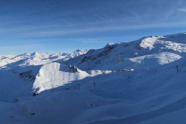 踏んだり蹴ったりのフランス旅行⑩にあたります。<br /><br />トホホ その10・・・「自分は限りある人生いろいろなスキー場を滑りたい!」と目標を決めて海外スキーを行ってきました。<br /><br />で、計画としては、モーリエンヌ谷筋のスキー場でまだ行った事のないバロアール、ラトッイスール、ロンシャンなどを滑る予定でしたが、あいにくの暖冬で雪が無く・・・現地で情報を拾うと、ここレデュザルプが80cmほどあるという事で、急遽予定を変更して行ってみました。 しかしこのスキー場1997/1998年に行っているので、目標には反しており、トホホな感じだ!!<br /><br /><br />自分は「肉団子と海外スキー」というHPを運営していますが、最近めんど・・・時間が無いので、4Travelさんの旅行記と統合しました。 お時間がある方は http://www.soleil1969.com/を見て頂けると幸いです。<br />過去にいろいろな地方の海外スキーを取り扱っています。