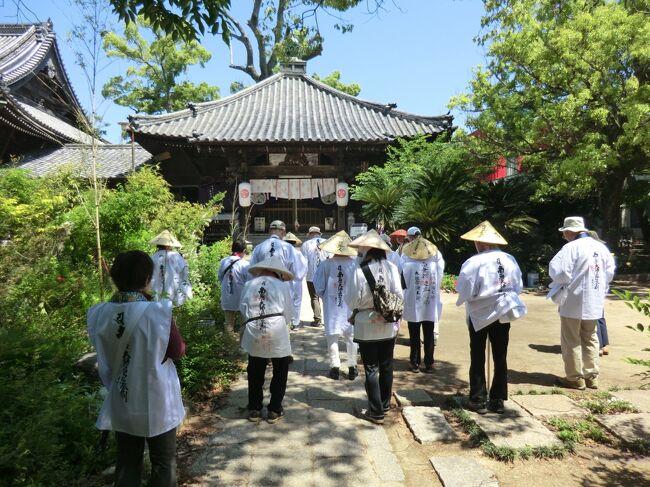皆様、こんにちは。<br />オーヤシクタンでございます。<br /><br />毎年恒例‥「母と同行二人‥四国遍路旅」の季節がやって参りました。<br />今回は、阿波の国(徳島県)の残り6ヶ寺と、讃岐の国(香川県)26ヶ寺を打って、めでたく結願となり、三年に渡った四国遍路は幕を閉じます。<br />寺の写真ばかりの拙い旅行記ですが、ご覧頂けたら幸いです。<br /><br />━━━━━━━━━━━━━━━━━━━━━<br />旅行期日‥2015年5月15日(日)〜18日(水) 3泊4日。<br /><br />5月18日(水) 第4日目:晴れ。<br />あじ温泉庵治観光ホテル.8:40発<br /> ↓ 7.5km 0:15<br /> 85.八栗寺.8:55〜10:10<br /> ↓ 16km 0:20<br /> 86.志度寺.10:30〜11:10<br /> ↓ 9km  0:20<br /> 87.長尾寺.11:35〜12:05<br /> ↓16km 0:25<br /> 88.大窪寺.12:30 〜13:50<br /> ↓<br />その5へ<br /><br />走行距離‥48.5km <br /><br />━━━━━━━━━━━━━━━━━━━━━<br />八栗ケーブル‥1860円<br />長尾寺おはぎ‥180円<br />八十八庵‥1700円<br /><br />━━━━━━━━━━━━━━━━━━━━━<br />〔あらすじ〕<br />静かな朝であった。<br />無数の島が浮かぶ瀬戸内海をホテルのテラスからぼんやりと眺めてみた。<br />日が高くなるにつれて太陽の光が島を照らし、海は爽やかな青色に染まってゆく。<br />四国遍路の旅は終わりに近づいている。<br />ここまで来るのに色々なことがあった。<br />四国の中でひたすら車を走らせ、道を間違えるのは当たり前。<br />工事で通行止をくらった事もあった。<br />走っても走ってもなかなか着かない札所があれば、天国へ続いているかのような狭い急な坂道を登った先にある札所もあった。<br />時間が足りず、パンをかじりながら運転したこともある。<br />八十八ヶ所の霊場巡りと言うのは、車とは言えど安易なものではなかった。<br />しかし、目の前に広がる瀬戸内海を見ていると、そんな苦労は一瞬にして消え去ってしまうから不思議だ。<br /><br />そして、ついにやって来た。<br />第八十八番札所.大窪寺。<br />香川県の山中にあるこのお寺が四国遍路八十八霊場巡りの最後の寺である。<br />本堂と大師堂の参拝を終え、納経所で御朱印を頂く。<br />これで一番から八十八番までの御朱印が揃い、めでたく結願となる。<br />終わった‥。<br />長かった‥。<br />父となにげに四国遍路を巡り始めた母。。<br />二人揃って結願することなく、父はこの世から去ってしまったが、悲しみを乗り越え、今、結願証を片手にしている。<br />この姿を父は草葉の陰できっと喜んでいるだろう。<br />なにはともあれ良かった。<br />門前の食堂で名物の「打ち込みうどん」を食べていくことにしよう。<br /><br />つづく。