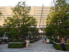 黄昏の東京駅八重洲口グランルーフ付近の風景