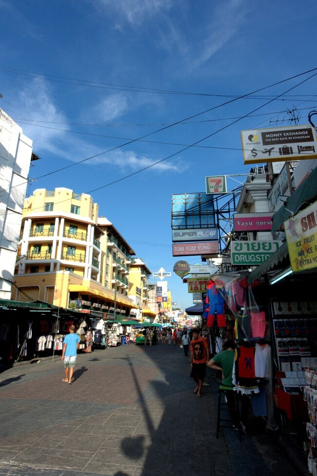 スクンビット、ステイ(Four Points by Sheraton Bangkok Sukhumvit 15 Hotel)のバンコク7日間、その3。<br /><br />バンコクは初めて、のんびりと観光。<br />三大寺院、アユタヤ、水上マーケット、カリプソ・ キャバレーのニューハーフショーなどを巡り。<br /><br />トランジットで香港。<br /><br />街歩き、タイフードグルメ、鉄道、ホテルステイ。<br /><br />【この旅行記は3日目】<br /><br />1日目、成田~香港国際空港~スワンナプーム国際空港~スクンビット。http://4travel.jp/travelogue/11133044<br />2日目、バンコク三大寺院とカプリソ・キャバレー、ニューハーフショー。http://4travel.jp/travelogue/11133123<br />☆3日目、カオサン通り。<br />4日目、アユタヤ。http://4travel.jp/travelogue/11135136<br />5日目、水上マーケット。http://4travel.jp/travelogue/11138656<br />6日目、トランジットで香港。http://4travel.jp/travelogue/11138721