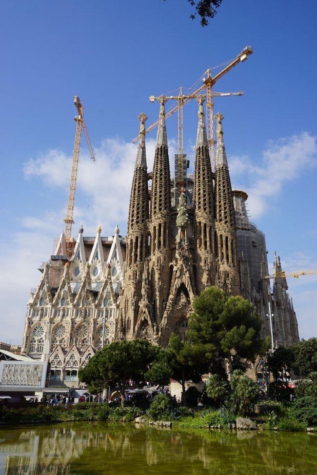 この日は1日でバルセロナの有名どころを見尽くします。<br /><br />といっても3人の希望観光地は「サグラダファミリア」のみ。<br />後は「バルセロナに行った!」ということが重要だから良いらしい。<br /><br />私は造りかけの教会に数千円も払いたくないので、、、じゃなくて、8年前のあの感動を取っておきたいので3人分の入場券&エレベーター券を事前手配してサグラダファミリアの入り口でお別れ。<br /><br />1時間半後に待ち合わせしてその間私はお買い物タイム♪<br /><br />旅行記や写真は下記ページよりご覧ください。<br /><br />https://cruisemans.com/b/krn/6439