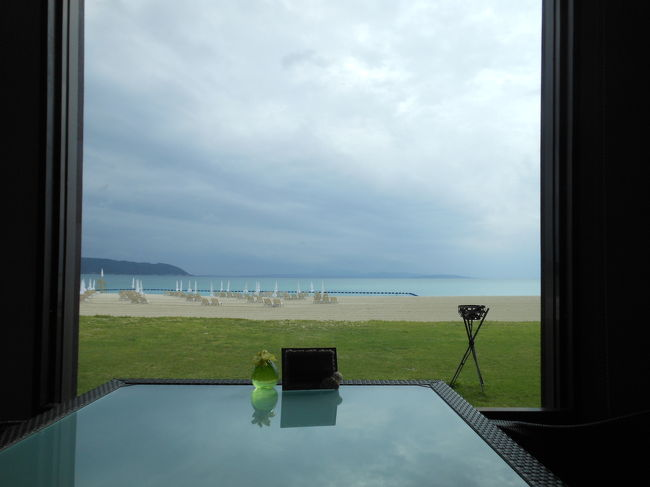 価格が安い梅雨の沖縄に行ってきました。<br />以前から泊まりたかった、JALプライベートリゾートオクマに2泊3日。<br />部屋はグレードを上げて、グランドコテージにしました。<br />とっても素敵なラウンジが利用できます♪<br />梅雨だから雨だし、ホテルライフを〜と思ってましたが、やはり観光に出掛けました。