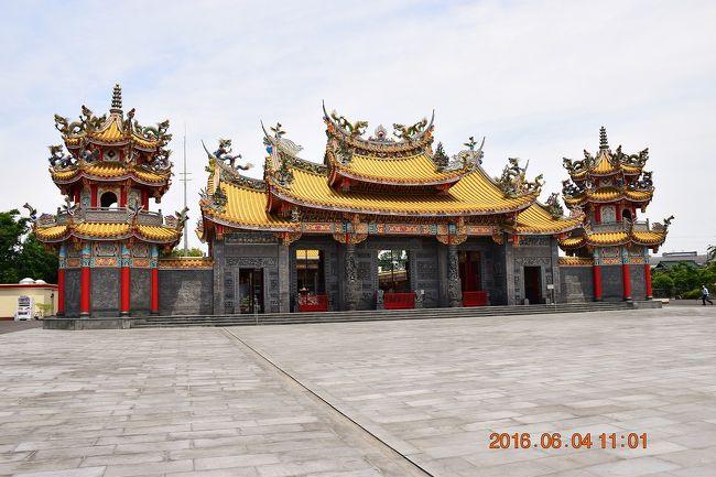 """埼玉県坂戸市の田園地帯にある聖天宮(せいてんきゅう)は、国内最大の台湾道教のお宮で最高神である三清道祖と道教の神々が祀られています。<br />以前、フォートラベラーの""""てくてく""""さんの旅行記でここを発見していつかは…(^^ゞって思いながら月日は流れ…<br /><br />聖天宮は台湾人の康國典(こうこくてん)大法師が、夢のお告げに従い、埼玉県坂戸市に建立、1980年に工事着工し15年後の1995年に完成したもので、日光東照宮も驚く金箔を施した豪華な木彫装飾や巨大な1枚岩からの見事な彫刻など見所満載です。<br />台湾に行かなくても行った気分になれそうなお宮です。<br />今年はリフレッシュ休暇がもらえるので秋に台湾旅行を予定しています。<br />その下調べ?も兼ねてやってきました。<br /><br />聖天宮HP<br />http://www.seitenkyu.com/index.html"""