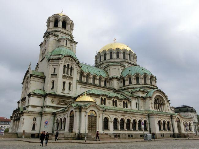 「アレクサンドル・ネフスキー大聖堂」は「ソフィア」に位置する「1912年」に「世界最大級の正教会の聖堂」として「ネオ・ビザンティン建築様式」で建てられた「ブルガリア総主教の本拠地」となっている「ブルガリア正教会の大聖堂」です。<br /><br />「アレクサンドル・ネフスキー(1220年〜1263年)」は「ウラジーミル大公国の大公」を務め「モンゴル侵攻(バトゥの西征)」から本国を守った「中世ロシアの英雄」として讃えられている「ロシア正教会の聖人」ともなっている人物です。
