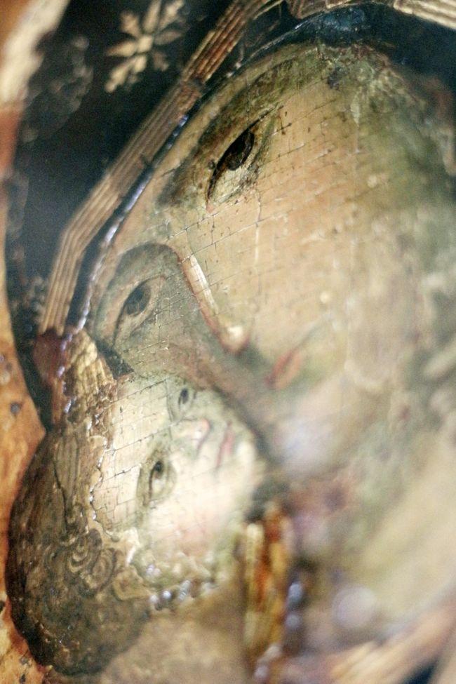 2015/07/06月 モスクワ観光4日目<br />・ノヴォデヴィッチ修道院(10:40-13:55 約3時間15分)<br />  スモレンスキー聖堂<br />  鐘楼は修復中<br />  ウスペンスキー(聖母被昇天)教会<br />  イコン美術館<br />・アンドレイ・ルブリョーフ記念イコン美術館(スパソ・アンドロニコフ修道院)(15:10-16:50)<br />  スパースキー(救世主)教会<br />  アルハンゲル・ミハイル教会(イコン美術館)<br />・ニクーリン・サーカス(19:00-21:10 20分休憩込み)<br />・ツヴェトイ・セントラル・マーケット(=百貨店)散策<br />【モスクワ泊:マキシマ・パノラマ・ホテル】<br /><br />ノヴォデヴィッチ修道院は、初めてロシアを訪れた2000年の秋に、モスクワ市内観光ツアーで訪れました。<br />宿泊ホテルで申し込んだ英語ガイドが案内する現地ツアーでした。<br />当時はまだ、英語圏からロシアを訪れる外国人観光客が今ほど多くなく、英語のガイドツアーはそれほどなくて、集まったツアーメンバーも10人足らず。市内観光ツアーにしては、あまりせわしくなく回れた記憶があります。<br />とはいえ、ツアーは、ハイライトをつまみ食いするので、ノヴォデヴィッチ修道院は今度は一人でじっくり散策したいと思ったものです。<br /><br />というわけで、ノヴォデヴィッチ修道院は、今回のモスクワゆったり再訪には欠かせない、優先順位上位のターゲットとなりました。<br />建物や庭の撮影もしたかったので、天気予報をチェックして、天気が良いと予測できる日を訪問日に選びました。<br />でも、ノヴォデヴィッチ修道院では、教会内部の撮影がOKだったので、これまで正教会内部撮影ができずにいた欲求不満が一気に解消されました@<br /><br />ノヴォデヴィッチ修道院内で写真が撮れた教会は2つです。<br />正教会で写真が撮れるところは限られているので、チャンスは最大限に活かさねばなりません。<br /><br />スモレンスキー聖堂は、黄金パネルのイコノスタシスと壁絵がぎっしりの、美しいロシア正教会でした。<br />モスクワやズズダリのクレムリンの教会がこのタイプで、ロシアでぜひ見たい、いくつ見て見もいくつ写真撮っても飽きない超好みの教会です!<br />現役の教会というよりは、博物館扱いの教会だと思います。<br /><br />ウスペンスキー(聖母被昇天)教会の方は、現役の教会でしたが、それでもノヴォデヴィッチ修道院自体が有料だけあってか、撮影OKでした。<br />こちらも豪華なイコンがある教会でしたが、カトリック教会のように広く、壁画よりは、パネル入りのイコンが両壁に並ぶ、乱暴なたとえかもしれませんが、カトリックの礼拝堂っぽい教会でした。<br /><br />というわけで、スモレンスキー聖堂では、超広角ズームレンズで、天井まで届くイコノスタシスを含め、迫力の写真をめざしました。<br />どうせ写真は建物の一部しか切り取って撮れないので、わざとびよーんと長く、歪んだ写真を撮ったわけですが、肉眼では得られない世界を写真の中で再構築したような作業が、とても楽しかったです。<br /><br />一方、ウスペンスキー教会では、超広角レンズでびよーんと撮りもしましたが、おNEWの単焦点のF1.8の明るいシンデレラレンズで、ろうそく立てや、イコンの額縁、吊り下げられたランプ、イコンの一部など、教会内部にあるものをターゲットにしました。<br />シンデレラレンズにかかったら、教会内部には撮ってみたいものが無限にありました。<br /><br />10-22mmの超広角レンズと単焦点F1.8の標準のシンデレラレンズ。<br />この2つのレンズで、とことん飽きるまでチャレンジしたいというのも、今回の私の旅行のテーマの一つでしたから、ノヴォデヴィッチ修道院では、存分にこのテーマに取り組めました。<br />そんなノヴォデヴィッチ修道院の旅行記は前後編にまとめました。<br /><br /><2015年ロシア再訪旅行の簡易旅程><br />06/30火 職場から成田のホテルに前泊<br />07/01水 成田第2空港からJALでモスクワへ&モスクワちょっと観光<br />07/02木 モスクワ半日観光&S7航空でカザンへ<br />07/03金 カザン観光1日目(クレムリンと国立博物館)<br />07/04土 カザン観光2日目(現地ツアーに参加)<br />07/05日 S7航空でモスクワへ&モスクワ半日観光<br />07/06月 モスクワ観光4日目&ニク
