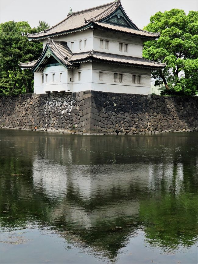皇居東御苑(ひがしぎょえん)は、東京都千代田区の皇居の東側に付属している広さ約21ヘクタールの庭園。宮内庁の管轄。<br /><br />当地はかつての江戸城の本丸・二の丸・三の丸跡に位置し、少し離れた場所の西の丸を含めた、この範囲のことを江戸城といった。明治時代から戦前までは宮内庁や皇室関連の施設があった。戦後の1963年に特別史跡に指定され、1968年10月1日から一般に公開されるようになった。苑内は緑豊かな雑木林に日本庭園や皇室関連の施設、江戸城の遺構など歴史的な史跡も見ることができ、国内のみならず海外からの旅行者も多く訪れる。<br />三の丸尚蔵館…宮内庁所管の美術品、絵画など貴重な品々を展示している。<br />百人番所…本丸・二の丸へ続く大手三之門を警護していた門。鉄砲百人組と呼ばれる甲賀組・伊賀組・根来組・二十五騎組の同心100人が昼夜交代で警護に当たった。<br />大番所…本丸へと通じる中之門警備のための詰所で、最後の番所であり、位の高い与力・同心によって警護されていたとされる。<br />(フリー百科事典『ウィキペディア(Wikipedia)』より引用)<br /><br />皇居東御苑 については・・<br />http://www.kunaicho.go.jp/event/higashigyoen/higashigyoen.html<br />http://www.kunaicho.go.jp/event/hanadayori/hanadayori-top.html<br />