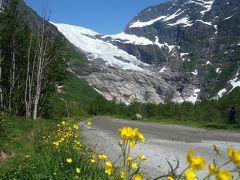 ボイヤ氷河Bøyabreenを下から見上げる。氷が落ちてきたらどうしよう。