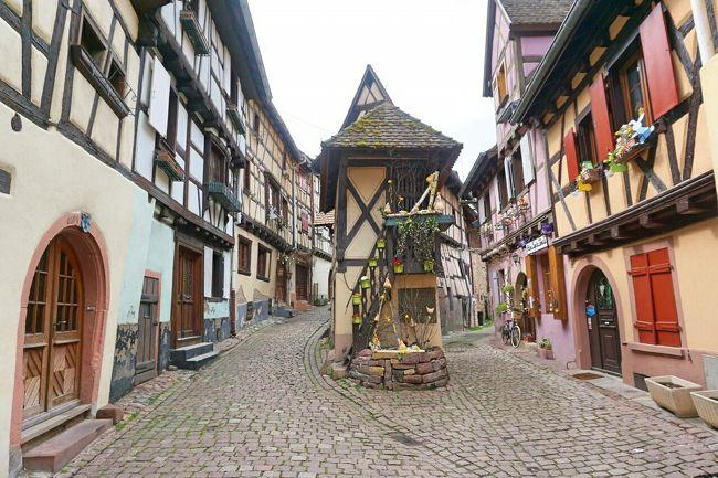 4月 12日(火) 晴れ<br />パリ~アルザス・ドライブ #10 - エギスハイム、フランスの最も美しい村です。コルマールの南西5㎞にあるエギスハイムはアルザスワインの発祥の地で、フランスの最も美しい村の一つでもあります。以下のような輝かしい受賞暦を持つエギスハイムは、今回のレンタカーの旅では必ず訪れようと思っていた村です。<br /><br />1989年 : 「フランス花のグランプリ」に選出<br />2003年 : 「フランスで最も美しい村」の称号を受賞<br />2006年 : 「ヨーロッパ花の町コンクール」で金賞に輝く<br /><br />そしてエギスハイムは、France 2 というテレビ局が行った「フランス人が選ぶフランスの好きな村」という投票で、2013年、第二回コンクールで第1位に輝いた村だそうです。<br /><br />写真は、エギスハイムを代表する風景で三叉路に立つ「鳩小屋」です。中世には、要塞をかねた城壁が二重に村と館を囲んでいて、16世紀以降、民家が城壁を背にして建ち、広場を中心に同心円状に民家が広がったそうです。<br /><br />エギスアイム | Eguisheim | BonVoyage<br />http://www.bonvoyage.jp/villages/eguisheim/<br />エギスハイム観光局 http://www.ot-eguisheim.fr/en/<br />アルザスワイン街道 森本育子著<br />アルザス観光ガイド http://alsacekai.com/visite.html<br />アルザス情報発信局 http://alsacefrance.seesaa.net/<br /><br />以下、今回の7泊9日の日程です。夫婦とも、1年間、健康でお金を使わなかったので、ご褒美のバカンスです。心の健康、重要ですね!<br /><br />□ 4/09 (土) 東京(羽田)10:35→パリ 16:10<br />□ 4/10 (日) パリ 8:25→ストラスブール 10:44<br />#1 春のストラスブール「街道の町」を満喫<br />http://4travel.jp/travelogue/11125345<br />#2 ストラスブールの絶景ポイントへ<br />http://4travel.jp/travelogue/11125853<br />#3 プティット・フランスと大聖堂の展望台へ<br />http://4travel.jp/travelogue/11127108<br />□ 4/11 (月) ストラスブール、清々しい春の朝<br />http://4travel.jp/travelogue/11131540<br />→オベルネ http://4travel.jp/travelogue/11133824<br />→オー・クニクスブール城 http://4travel.jp/travelogue/11135913<br />→コルマール http://4travel.jp/travelogue/11137879<br />■ 4/12 (火) コルマール<br />メルヘンの世界をお散歩 http://4travel.jp/travelogue/11140033<br />パステルカラーの街並み http://4travel.jp/travelogue/11140536<br />→エギスハイム→コルマール→テュルクハイム→カイゼルスベルグ→リクヴィル→ユナヴィール→リボヴィレ→ナンシー<br />□ 4/13 (水) ナンシー→パリ<br />□ 4/14 (木) パリ→ベルサイユ→パリ<br />□ 4/15 (金) パリ→フォンテーヌブロー→パリ<br />□ 4/16 (土) パリ→東京(羽田) <br />□ 4/17 (日) 東京(羽田)着<br /><br />今年は JALマイレージバンクで、2016年4月1日~2016年4月22日(搭乗日)の期間、国際線特典航空券 ディスカウントマイル + JALカード割引で、ヨーロッパ往復が39,000マイル(通常:55,000マイル必要)とお得だったので、この機会に行くことにしました。成田便は、¥87,000と1万円、安かったけど、自宅に近くて楽な「羽田便」にしました。<br /><br />運賃:¥97,000 x 1人、\0 x 1人 <br />   -&gt; 特典航空券で、1人分無料!<br />税金・燃油特別付加運賃等:¥24,130 x 2人
