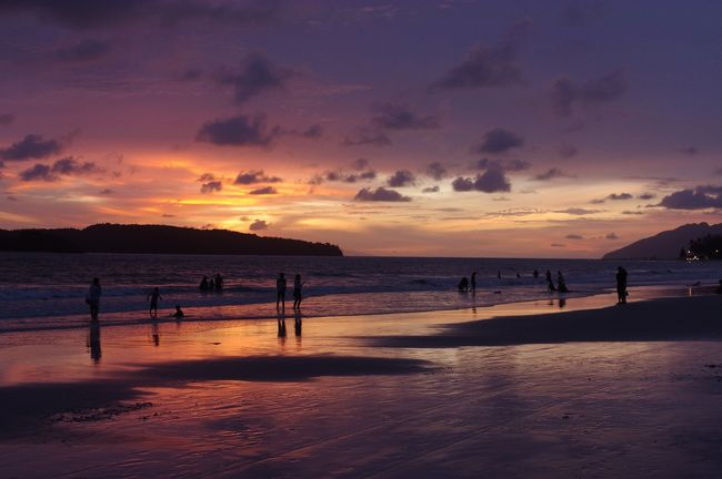 2014年のペナン島旅行以来、約2年ぶりの海外旅行。<br />今回の行き先は・・・ランカウイ島!<br />ペナン島の次の旅行先がまさか再びマレーシアの島になるとは<br />思いもしなかった・・・<br /><br />ランカウイ島は美しいビーチがたくさんあり、<br />かつ島全体が免税ということで人気のリゾートアイランド。<br />しかし、今回の旅行はビーチやビールが目的ではありません。<br /><br />目的は・・・ランカウイ・ラクサ・カーニバル!<br />マレーシアや近郊の国のラクサが一堂に集まる<br />年に一回のラクサ祭りなのです!