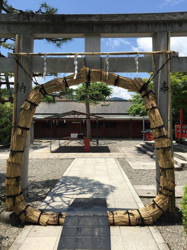 6月の京都で茅の輪くぐりをしてきました。<br />芸能神社でも知られる車折神社は6月中1か月間茅の輪くぐりができます。<br />半年間の穢れを落とした後は、徒歩でのんびり嵐山散策。<br />トロッコ列車にも乗ることができました。