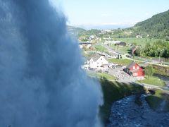 VossからBergenへドライブ。途中,NorheimsundでSteinsdalsfossen滝をみる。すごい水量。